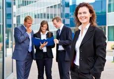 Affärsfolk med affärskvinnaledaren på förgrund Arkivfoto