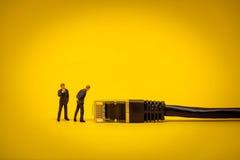 Affärsfolk med nätverkskabel begrepp isolerad teknologiwhite Royaltyfria Bilder
