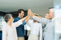 Affärsfolk som ger höjdpunkt fem Arkivbilder