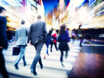 Affärsfolk som går begrepp för stad för pendlarelopprörelse Arkivfoto