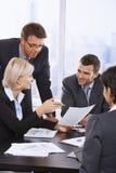 Affärsfolk som granskar avtalet Arkivfoton