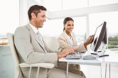 Affärsfolk som i regeringsställning använder datoren Arkivbild