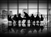 Affärsfolk som möter diskussionskommunikationsbegrepp Arkivfoton