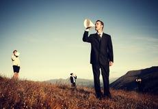 Affärsfolk som ropar till och med pappers- megafonbegrepp Arkivbild