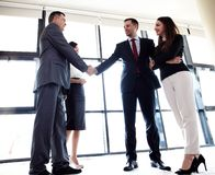 Affärsfolk som skakar händer, fulländande övre möte Royaltyfri Bild