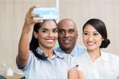 Affärsfolk som tar selfie med telefonen Royaltyfria Bilder