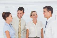 Affärsfolk som tillsammans skrattar Royaltyfri Bild