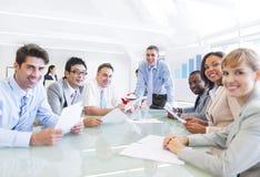 affärsgrupp som har mötefolk Arkivbild