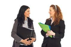 affärskonversation som har två kvinnor Arkivbild
