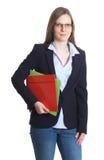 Affärskvinna med exponeringsglas och dokument i hennes händer Arkivfoton