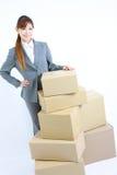 Affärskvinna med kartonger Fotografering för Bildbyråer