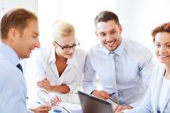 Affärskvinna med laget på möte i regeringsställning Arkivbild
