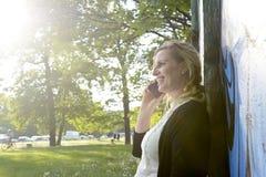 Affärskvinna med smartphone Royaltyfri Fotografi