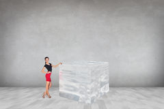 Affärskvinna nära den stora iskuben Royaltyfri Bild