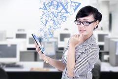 Affärskvinna och digital minnestavla på kontoret Arkivbild