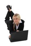 Affärskvinna på golvet med bärbara datorn Arkivbild