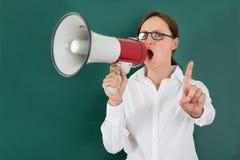 Affärskvinna Shouting Though Megaphone Royaltyfri Fotografi