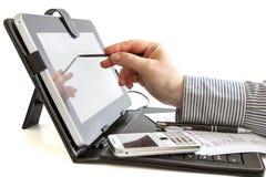 Affärskvinna som använder den digitala minnestavlan. Arkivfoton