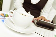 Affärskvinna som använder en elektronisk räknemaskin i hennes kontor Royaltyfri Fotografi
