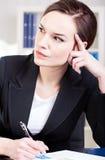 Affärskvinna som fokuseras på arbete Arkivbild