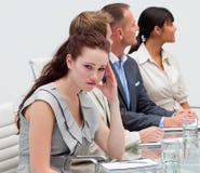 affärskvinna som får möte tröttat Arkivbild