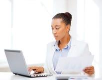 Affärskvinna som i regeringsställning arbetar med datoren Royaltyfri Fotografi