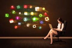 Affärskvinna som i regeringsställning sitter stol med bärbara datorn, och färgrikt Fotografering för Bildbyråer