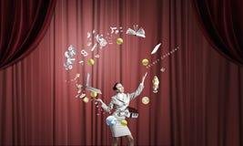 Affärskvinna som jonglerar med bollar Arkivfoto