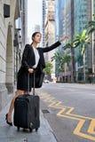Affärskvinna som kallar för taxitaxi Arkivfoton