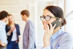 Affärskvinna som kallar med smarthphone Royaltyfri Foto