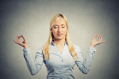 Affärskvinna som mediterar ta djup andedräkt Royaltyfri Bild