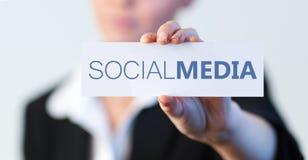Affärskvinna som rymmer en etikett med socialt massmedia skriftlig på den Arkivfoton