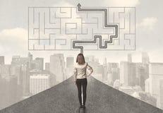 Affärskvinna som ser vägen med labyrint och lösningen Arkivfoto