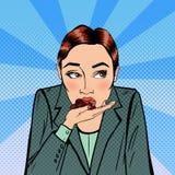 Affärskvinna som äter choklad Spänning på arbete Popkonst Arkivbilder