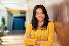 Affärskvinnaanseende med armar vikta i hall Fotografering för Bildbyråer