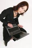 affärskvinnadator henne som fungerar Royaltyfri Fotografi