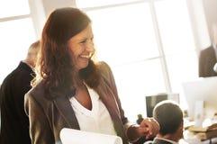 AffärskvinnaledareDiscussion Colleague Working begrepp Arkivbilder