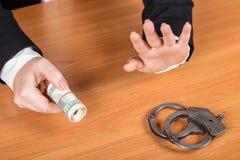 Affärskvinnan ger pengar Fotografering för Bildbyråer