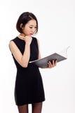 Affärskvinnan och noterar bokar Arkivfoton