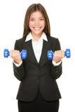 Affärskvinnan passar in lyftande hanteln väger Arkivfoton