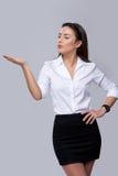 Affärskvinnan som blåser på, gömma i handflatan Royaltyfri Fotografi