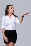 Affärskvinnan som blåser på, gömma i handflatan Arkivfoto