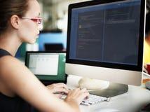 AffärskvinnaprogrammerareWorking Busy Software begrepp Arkivbild