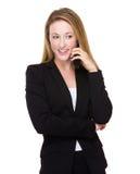 Affärskvinnasamtal till mobiltelefonen Arkivbild