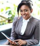 AffärskvinnaSitting In Modern kontor Arkivbilder