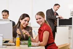 affärskvinnor som äter lunchsallad Arkivfoto