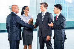 Affärslag som har överenskommelse och handskakningen Arkivbild