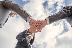 Affärslag som tillsammans visar enhet med händer Arkivfoton