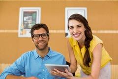 Affärsledare och medarbetare som använder den digitala minnestavlan Fotografering för Bildbyråer