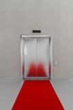 Den stängda hissen med rött mattar Fotografering för Bildbyråer